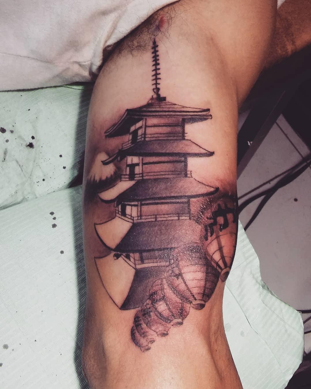 做理疗师的杨先生大臂佛塔纹身图案